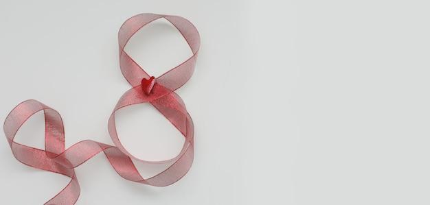 8 de março, cartão do dia internacional da mulher com fita vermelha em fundo branco, lugar para texto