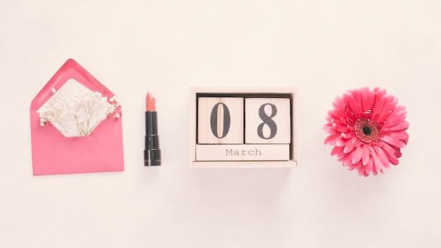 8 de março de inscrição em blocos de madeira com flor e batom