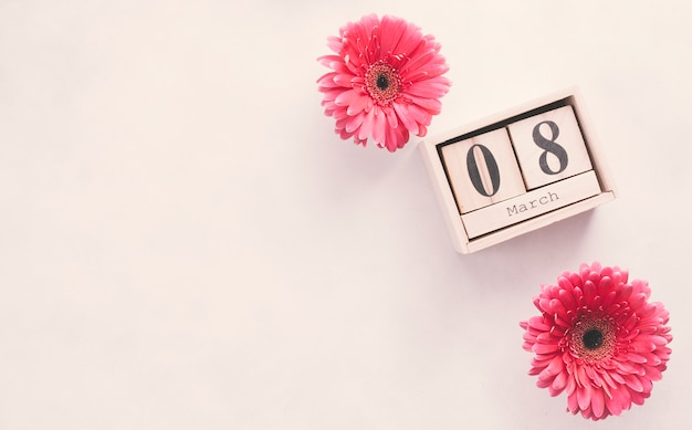 8 de março de inscrição em blocos de madeira com flores