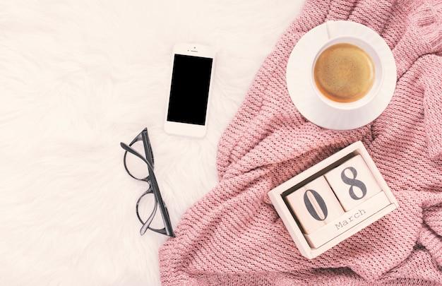 8 de março inscrição com smartphone e xícara de café