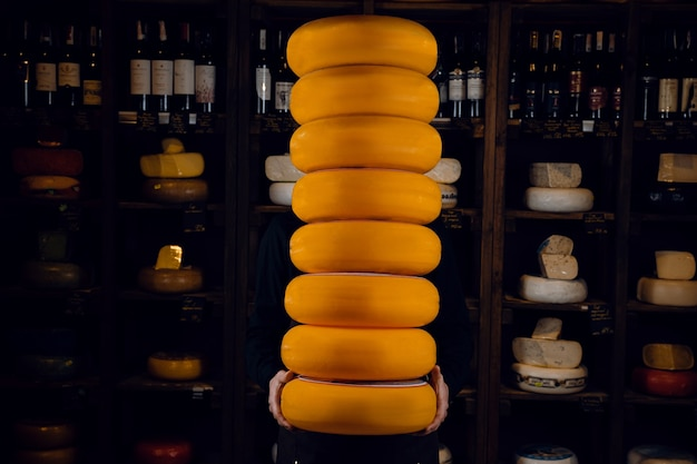8 rodas grandes de queijos amarelos