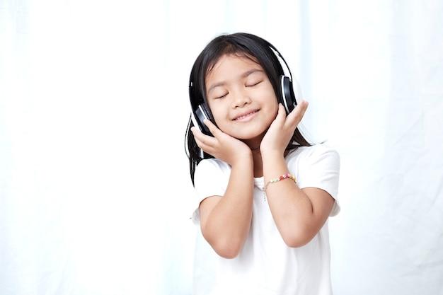 8s menina com fones de ouvido