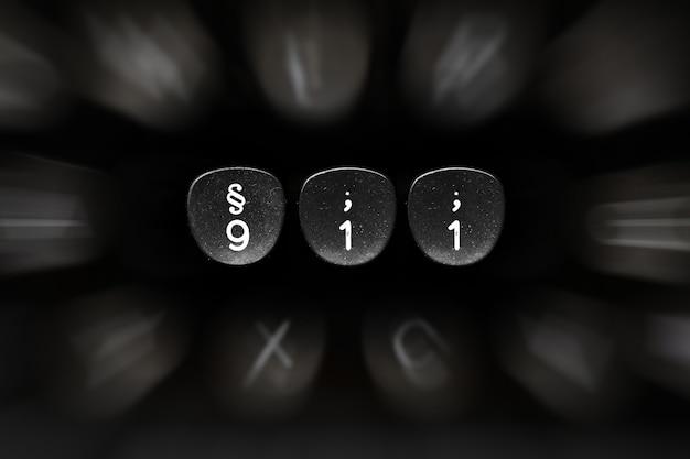 911 conceito número de botões de máquina de escrever com fundo preto