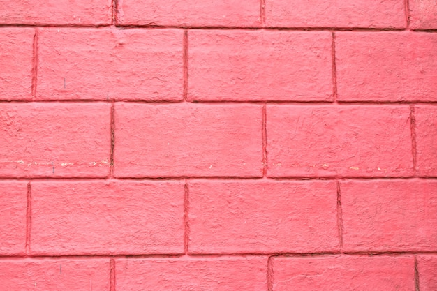 A aba da casa é feita de tijolo vermelho.