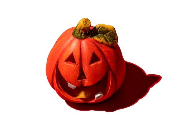 A abóbora é um vegetal de outono. feriado de halloween. sobre fundo branco. fechar-se.