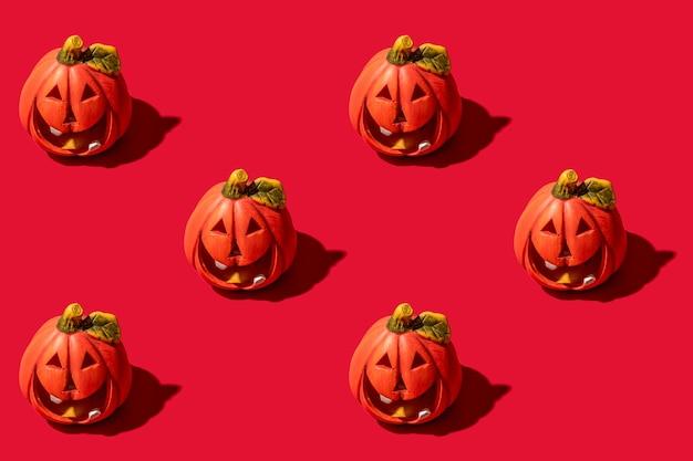 A abóbora é um vegetal de outono. padrão uniforme. fundo vermelho. feriado de halloween.