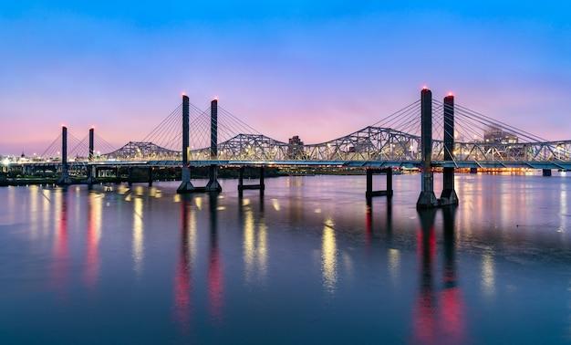 A abraham lincoln bridge e a john f. kennedy memorial bridge do outro lado do rio ohio entre louisville, kentucky e jeffersonville, indiana