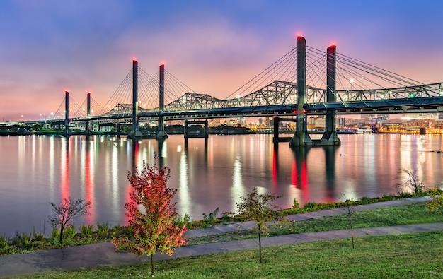 A abraham lincoln bridge e a john f. kennedy memorial bridge do outro lado do rio ohio entre louisville, kentucky e jeffersonville, indiana Foto Premium