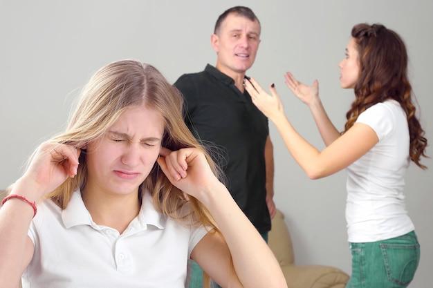 A adolescente ficou chateada por causa do conflito entre os pais. problemas de relacionamento de compreensão de pais e filhos em casa