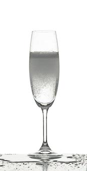 A água espirrando vidro inro no fundo branco