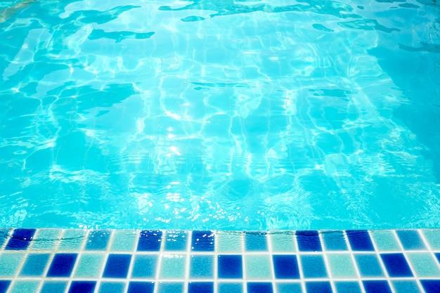 A água ondulou na superfície da água da piscina para o fundo