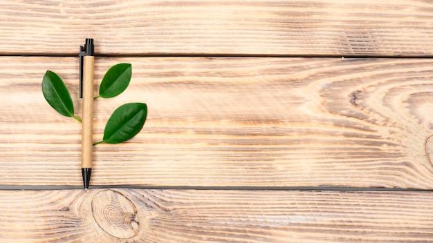 A alça ecológica encontra-se em um fundo de madeira marrom