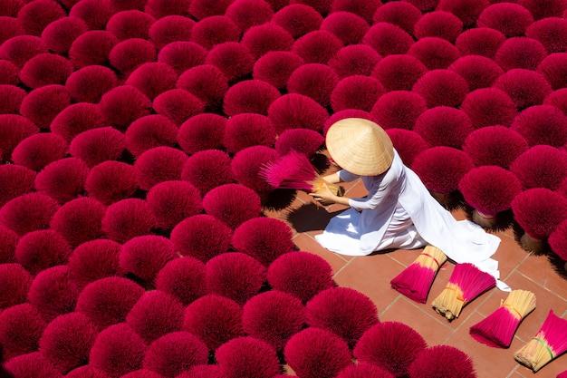 A aldeia de incenso do vietnã se prepara para as comemorações do ano novo