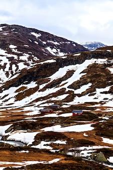 A aldeia está situada no sopé da montanha, noruega