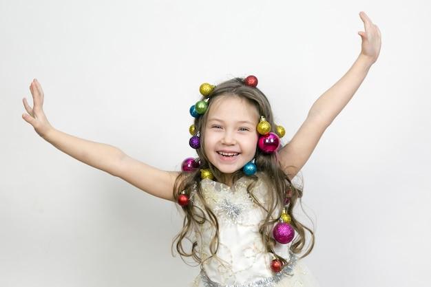 A alegria da criança nos feriados de ano novo.