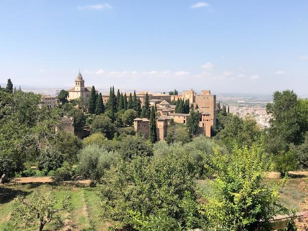 A alhambra é um complexo de palácios e fortalezas localizado em granada