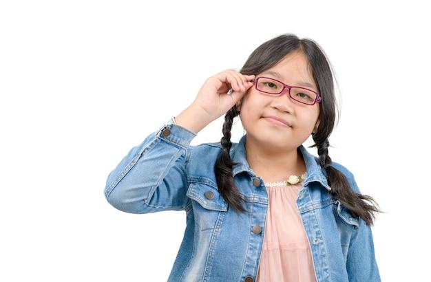 A aluna asiática usa óculos isolados no fundo branco, na volta às aulas e no conceito de educação