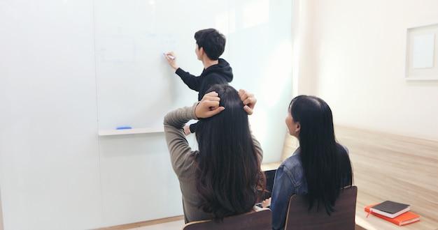 A aluna, ela sentiu uma dor de cabeça e um professor sério não entendeu.
