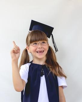 A aluna inteligente e fofa em um fundo cinza