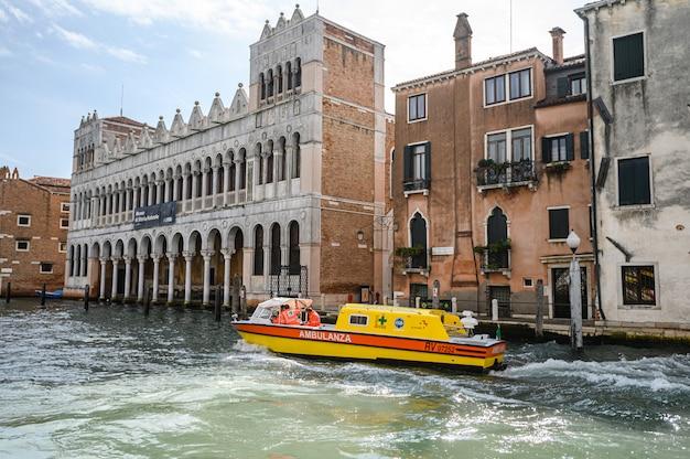 A ambulância aquática faz o seu caminho no grande canal, uma das principais vias navegáveis da cidade.