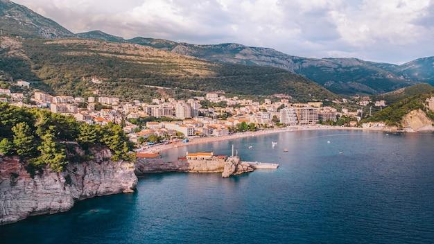 A antiga cidade turística mediterrânea de petrovac em montenegro, vista aérea em um dia ensolarado.