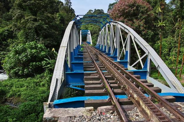 A antiga estrada de ferro na vila da indonésia