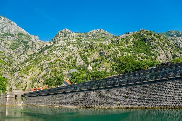 A antiga fortaleza de boko-kotor está localizada na encosta da montanha.