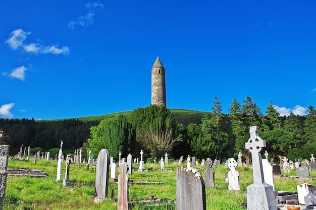 A antiga igreja em glendalough monastic settlement, irlanda