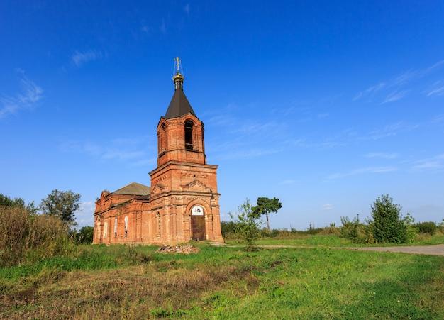 A antiga igreja na vila
