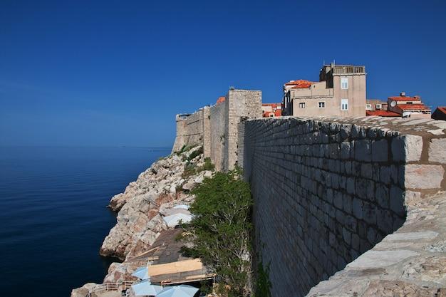 A antiga muralha da fortaleza na cidade de dubrovnik, no mar adriático, croácia