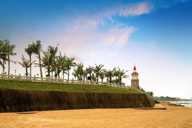A antiga torre sineira localizada no litoral, haikou, hainan, china.