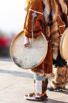 A apresentação do conjunto folclórico em trajes indígenas e pandeiro de kamchatka