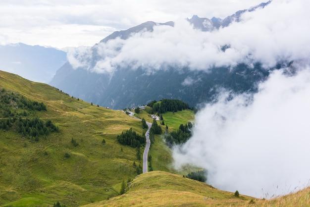 A área da estrada alpina de grossglockner com tempo nublado e nublado