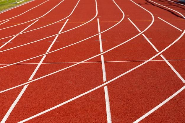 A área de atletismo do estádio está vazia em um dia ensolarado