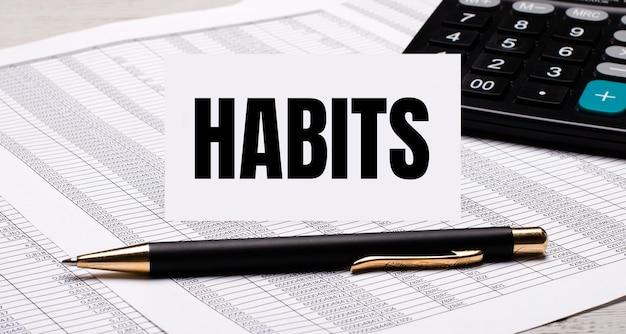 A área de trabalho contém relatórios, uma calculadora, uma caneta e um cartão branco com o texto hábitos