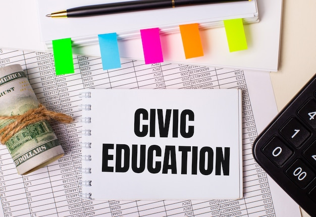 A área de trabalho possui relatórios, blocos de notas, calculadora, caneta, dinheiro e bloco de notas com adesivos coloridos e o texto educação cívica