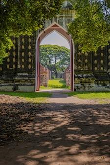 A área externa e ao redor do palácio somdet phra narai