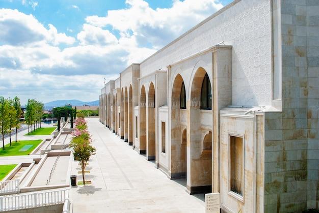 A área interna da nova mesquita camlica em istambul, que tem um pequeno jardim com árvores verdes e floridas
