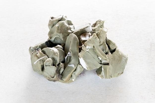 A argila da escultura para cria o modelo da arte da escultura. ferramentas artesanais e artesanais.
