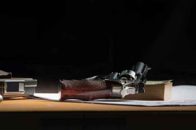 A arma curta velha na tabela de madeira.