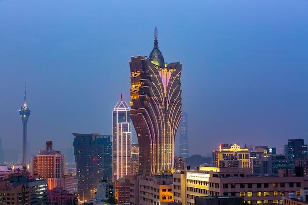 A arquitectura da cidade de macau na noite, todo o hotel e torre é colorida ilumina acima com céu azul, macau, china.