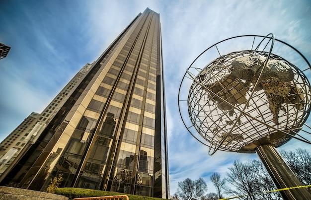 A arquitetura moderna da cidade de nova york nos eua em columbus circle com arranha-céus e o famoso globo ao pôr do sol.