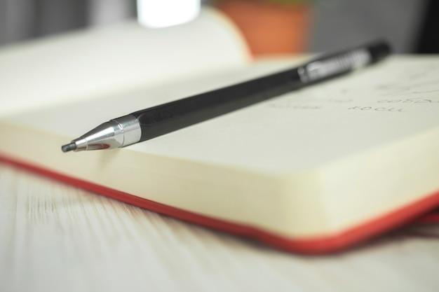 A arte do esboço a lápis do artista fornece foto de fundo, caderno e lápis no espaço de trabalho criativo