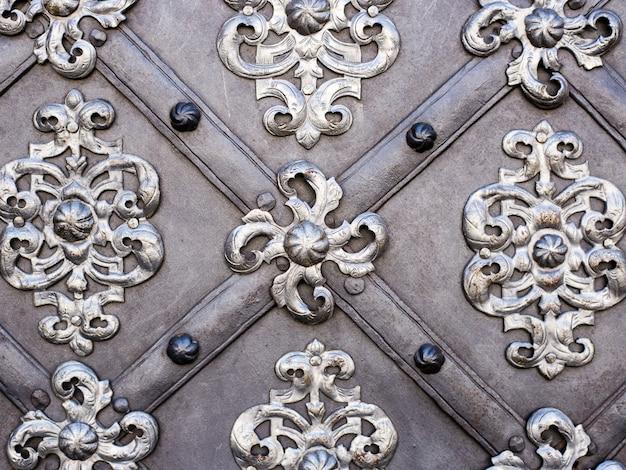 A arte e o padrão de esculpir talheres, enfeites de metal