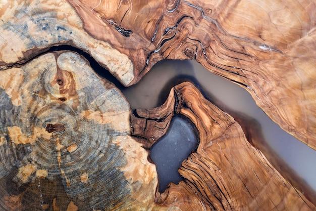 A árvore cortou a seção da fatia, forma desigual, textura natural, vintage natural rachado delicado colorido marrom e amarelo do coto colorido velho. faça você mesmo conceito de arte.