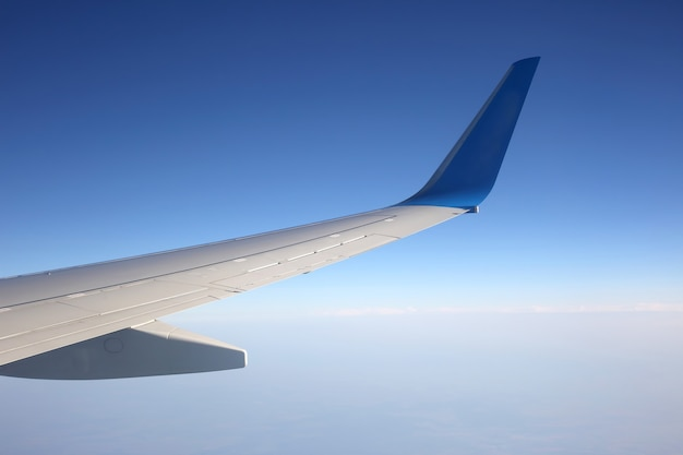 A asa de um avião acima das nuvens