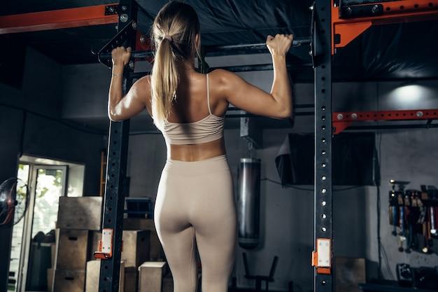 A atleta feminina treinando forte na academia
