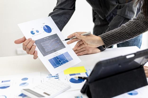 A atmosfera na sala de conferências contou com a presença de dois empresários, uma reunião de brainstorming operacional de uma empresa conjunta para o crescimento dos negócios, conceitos de gestão empresarial.