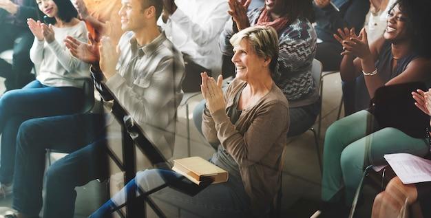 A audiência aplaude aplaudindo o conceito do treinamento da apreciação de happines