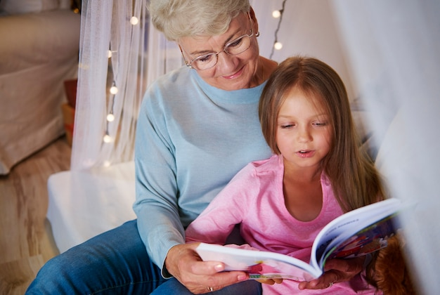 A avó ensina a neta a soletrar